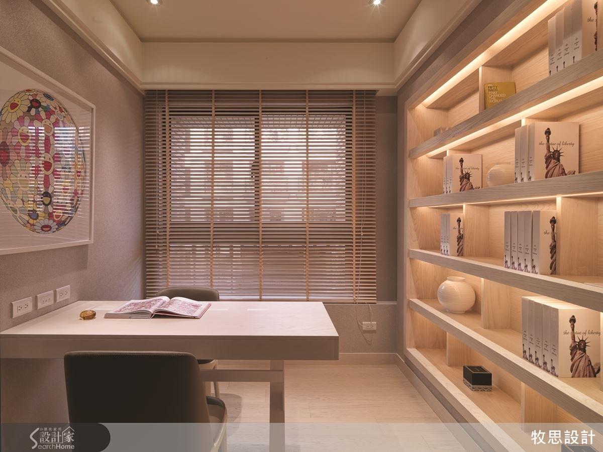 為了因應未來家中人口可能增加,書房特地保留大片空白,主要設置整面牆的收納櫃。未來要增加書桌、改成臥房都很有彈性。