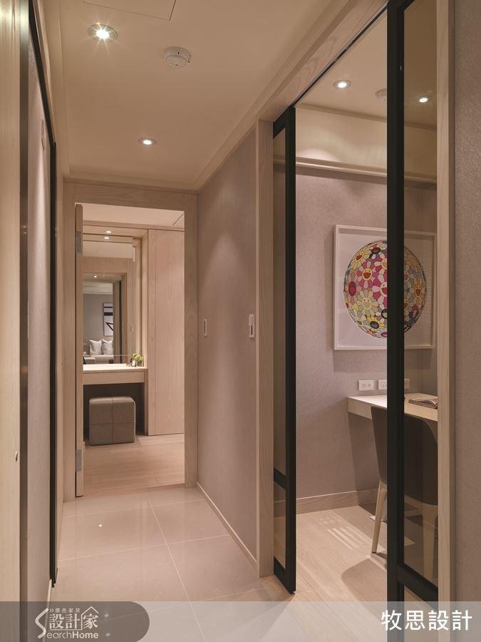 為了小空間也有開闊感,書房特地採玻璃拉門。拉門邊框與餐廳茶鏡一致,具有整體風格。褐色玻璃更具質感。