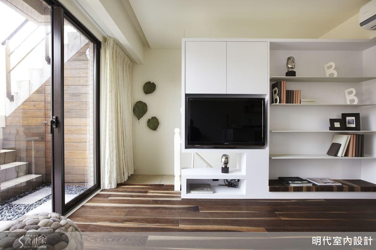 有別於一般電視櫃的規劃,將電視櫃放在樓梯上來處,不僅達到緩衝,也有輕隔間的效果。