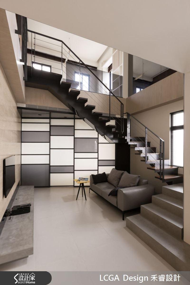 善用挑空的優勢,規劃樓中樓型式,增加更多生活空間,懸空式的樓梯設計,讓空間顯得更加輕盈。