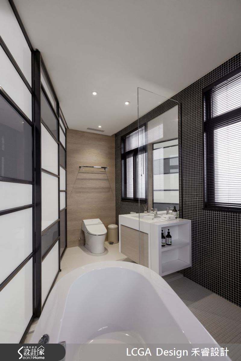 拉門取代傳統的門,並利用具有穿透性質的夾砂玻璃為門片,讓陽光可透入室內,獨特的造型門片也為簡約的空間大大加分!
