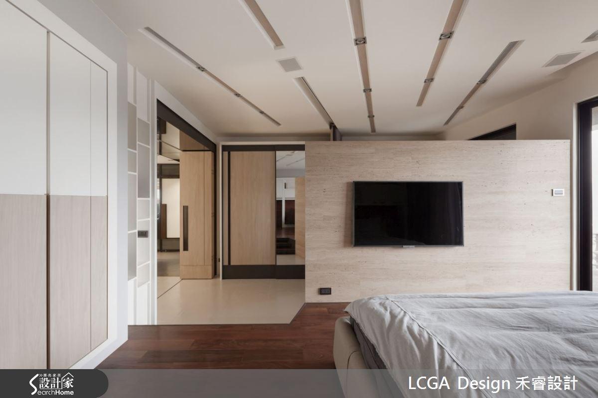 利用架高地坪的方式,作為空間的界定,選擇深色的溫潤木地板,營造溫馨舒適的氛圍。