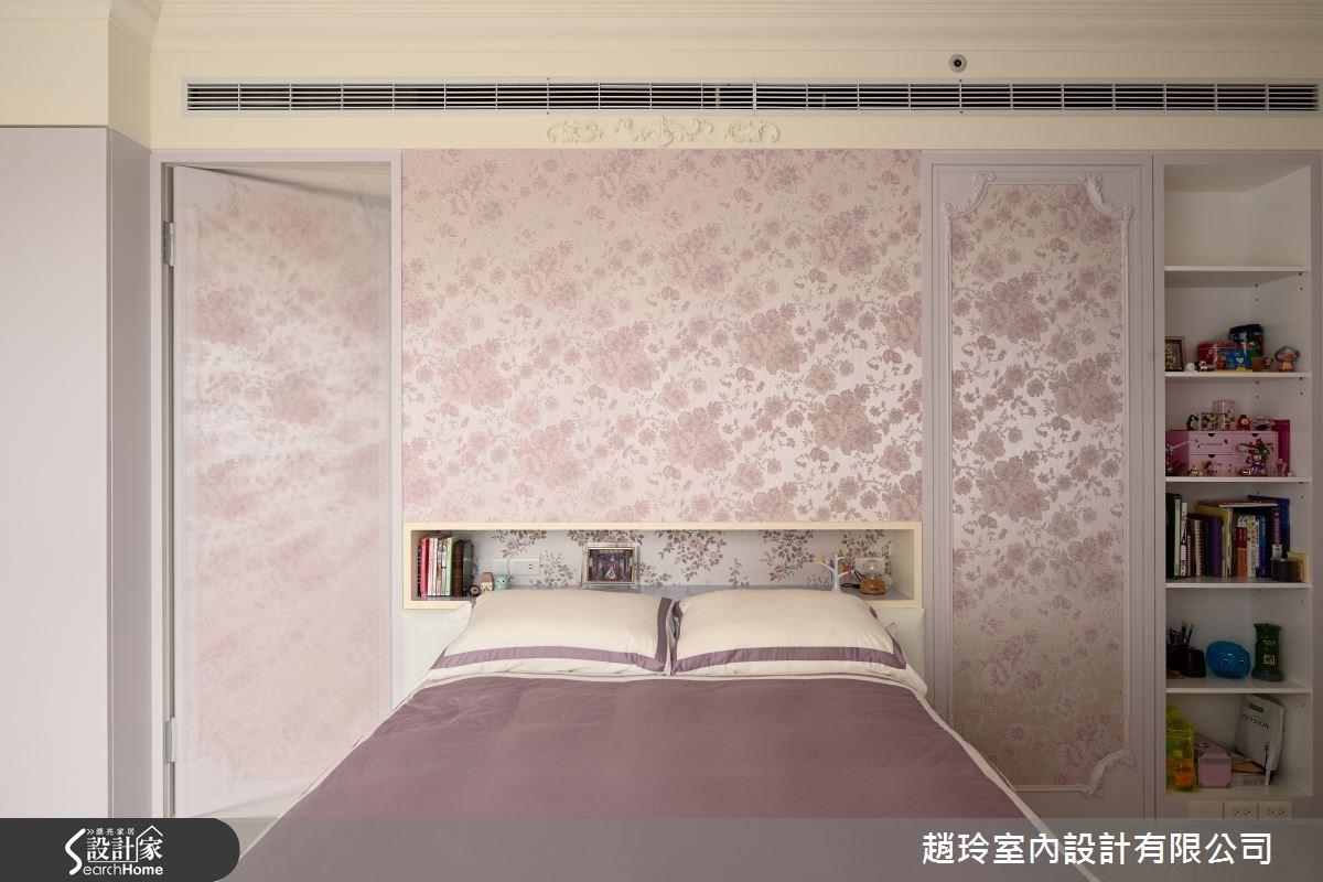 大女兒的房間以藕色鋪陳,將新古典元素局部用在門片上,並妝點壁紙與牆漆色彩做搭配,型塑少女的甜美風格,而床頭的隱藏拉門則可通往更衣室。