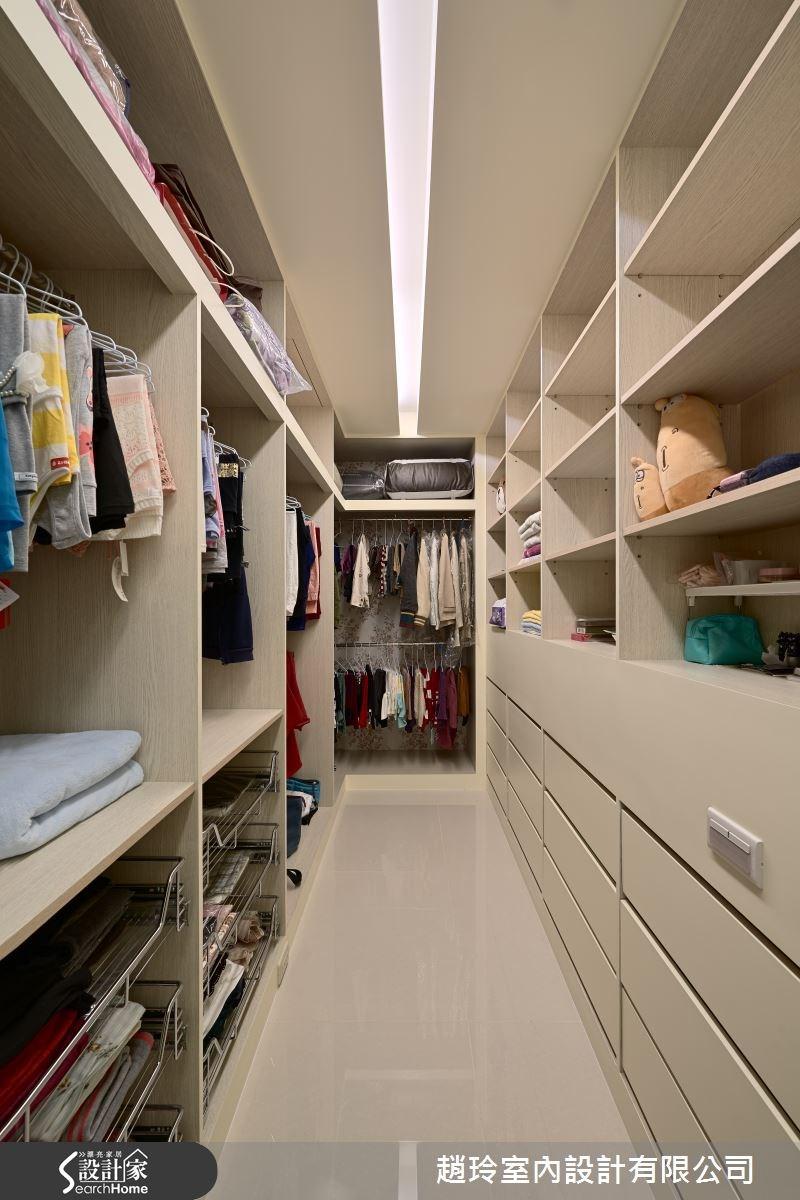 由於大女兒是大學生的年紀,設計師貼心考量到女孩愛打扮的需求,在隱藏更衣間內配置系統櫃,做出充裕的收納空間,讓每件衣物都可妥善地被分門別類!