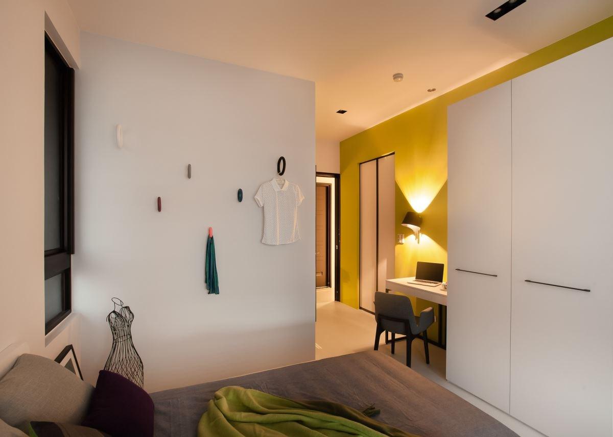 著重寢居氛圍營造的臥房機能設計,可以簡潔俐落而具美感。結合梳妝台與書桌機能的設計,更符合使用需求。