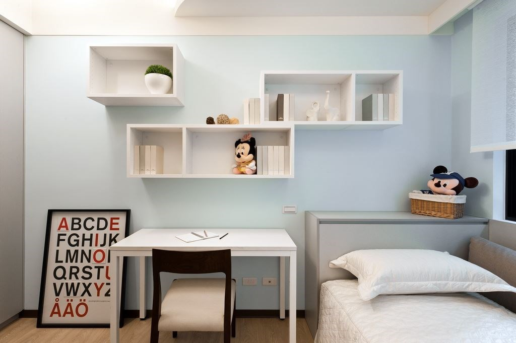小孩房的設計,往往必須結合書桌、書櫃的設計。