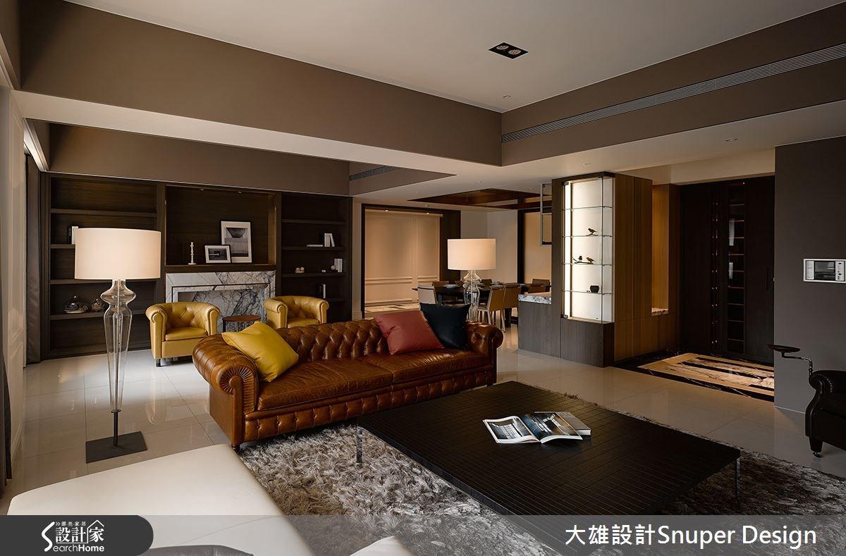 客廳陳列具古典感的沙發款式,搭配跳色抱枕、單椅等,讓原本沉穩的空間調性突現色彩層次。