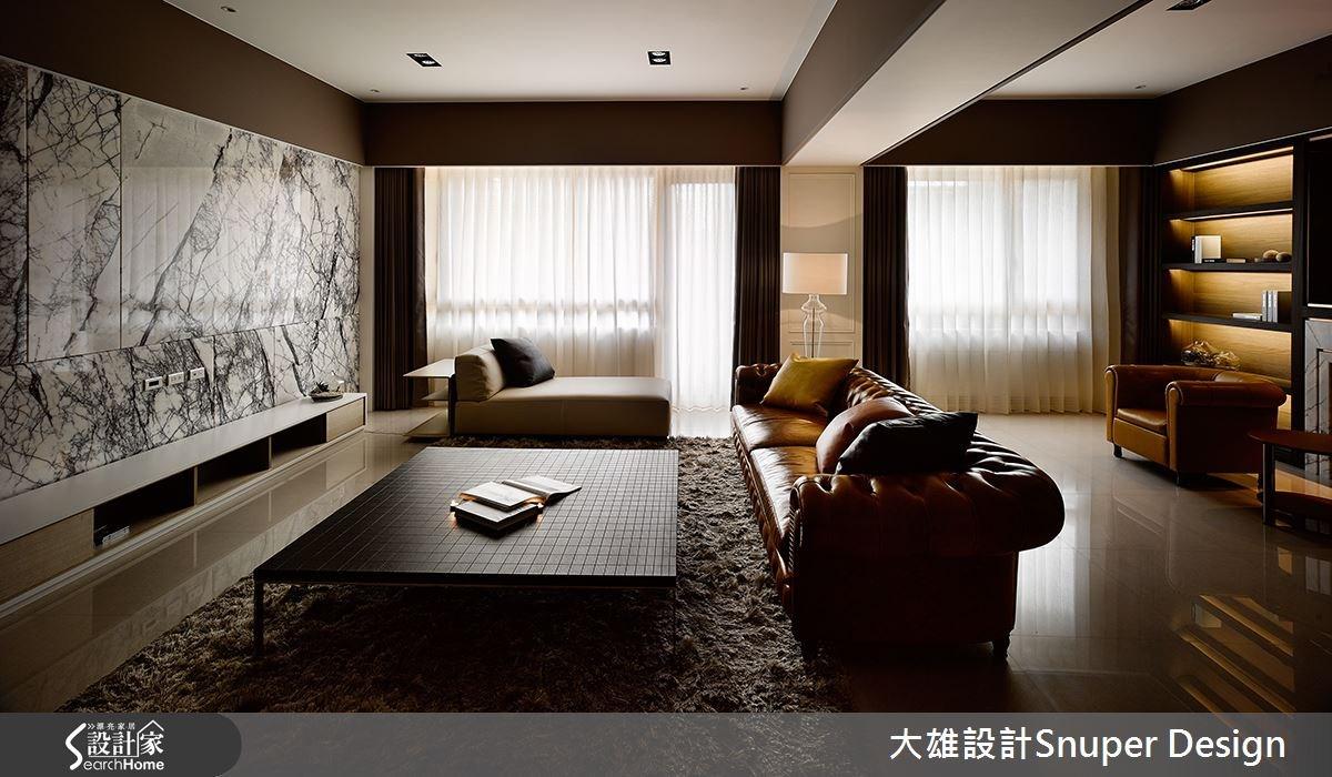 電視牆以材質展現張力,運用白色為底,妝點如髮絲般的黑色墨線,彰顯空間的貴氣。