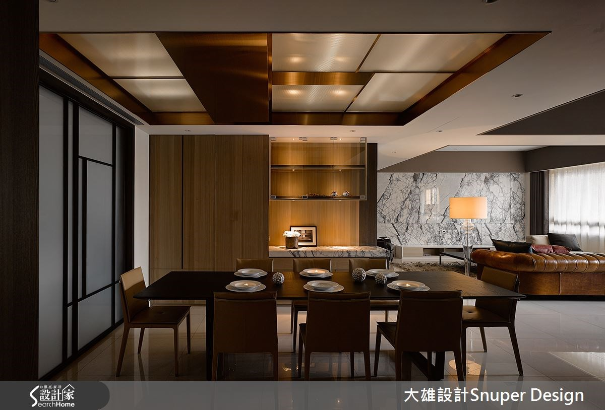 餐廳以雙色木皮與深色家具做規畫,呈現溫暖的可可色調,充滿溫潤沉穩感。