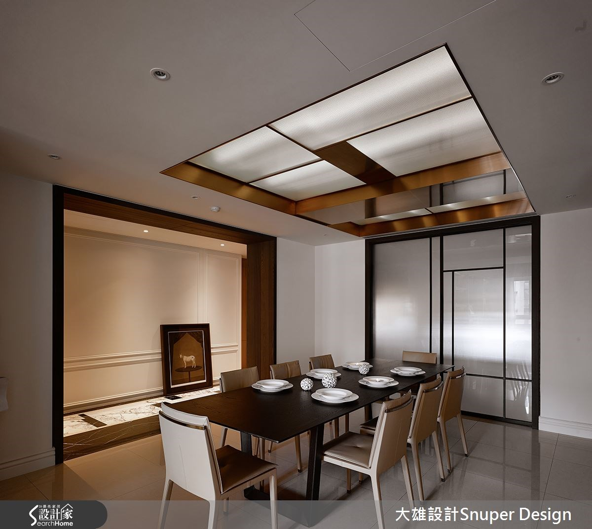 餐廳採用流明天花照明,取代傳統主燈設計,並在旁規畫居家廊道,成為轉折進到主臥空間的通道;對稱式的廊道設計延伸了空間感,並以大理石拼花鋪陳地坪,搭配牆面的線板表現,突現歐式大器優雅風範。
