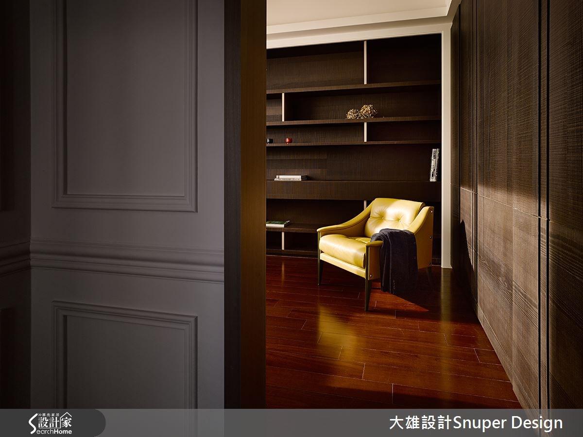 更衣間書房內配置大容量的衣櫃與展示書櫃,滿足收納機能。