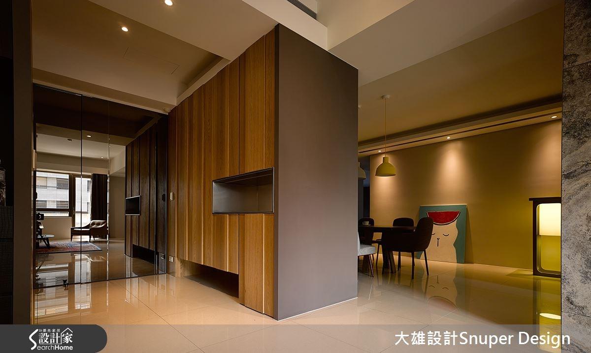 進入空間,可見到橡木刀削木皮櫃面,結合毛絲面不鏽鋼的內凹展示空間,形成具清新感的居家開端。