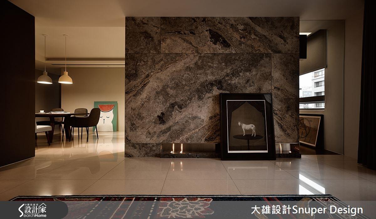 整體運用大塊色彩與材質作表現,像是客廳電視牆,即以洞石大理石為牆面,加入毛絲面不鏽鋼做凹嵌空間,右側則結合灰玻材質,營造通透視覺感,運用混搭手法呈現歐洲的生活體驗。