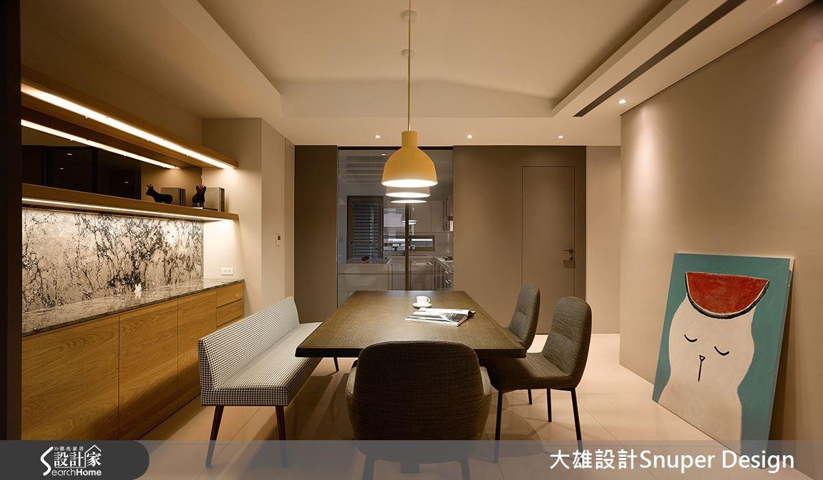 餐廳配置溫暖燈光,以光線明暗表現居家溫度,烘托溫馨氣氛,展現小家庭感;同時配置玻璃拉門將餐廳、廚房做出區隔,並延伸視覺感。