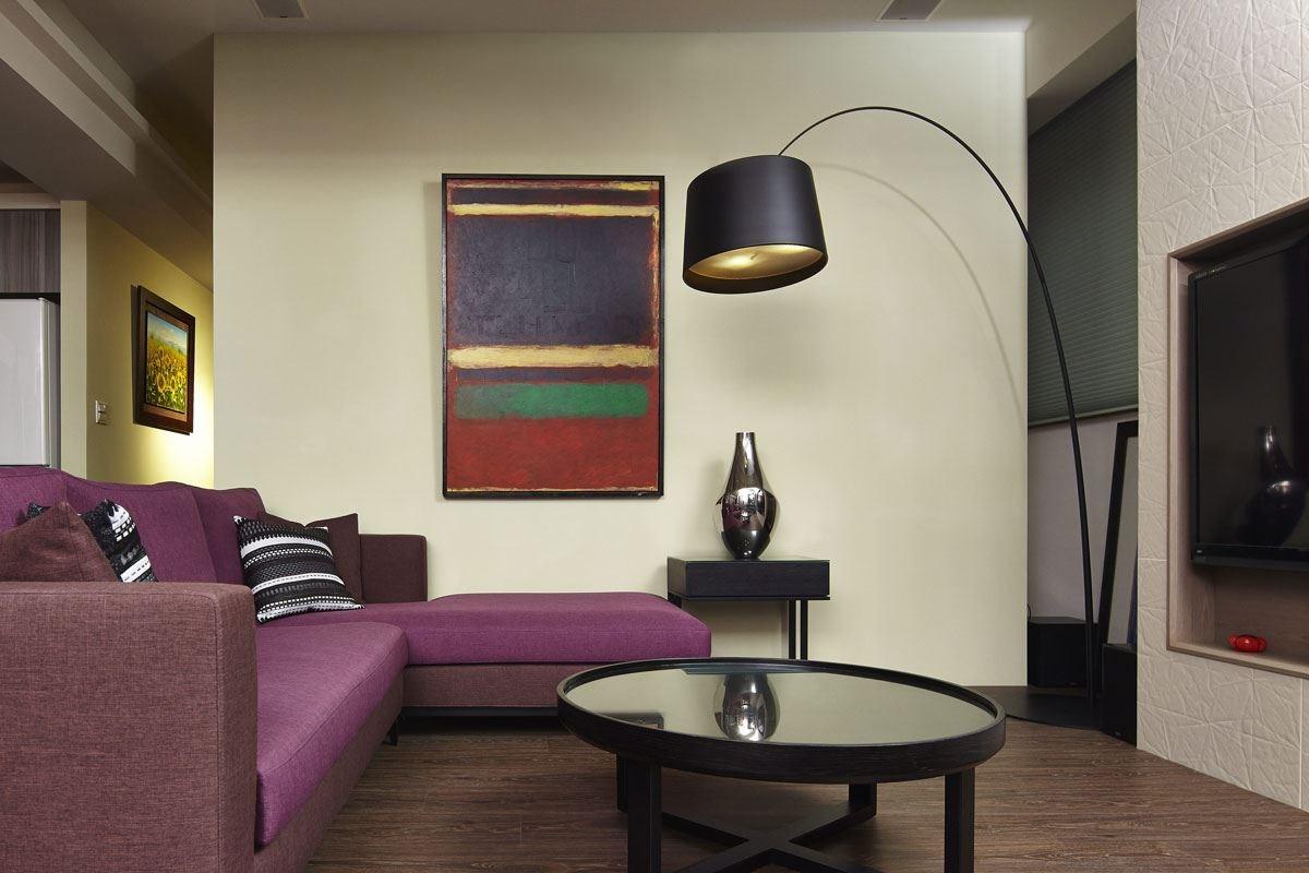 主牆以不搶眼的溫潤淺黃色系,讓深色的傢具與燈飾更顯凸出。