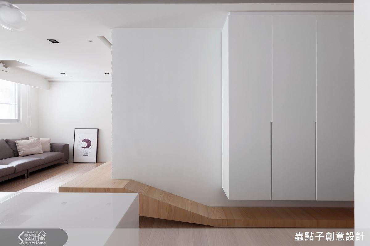 以不規則面的木皮造型,一路從玄關延伸到客廳,是不是看了很想要走進屋內呢?