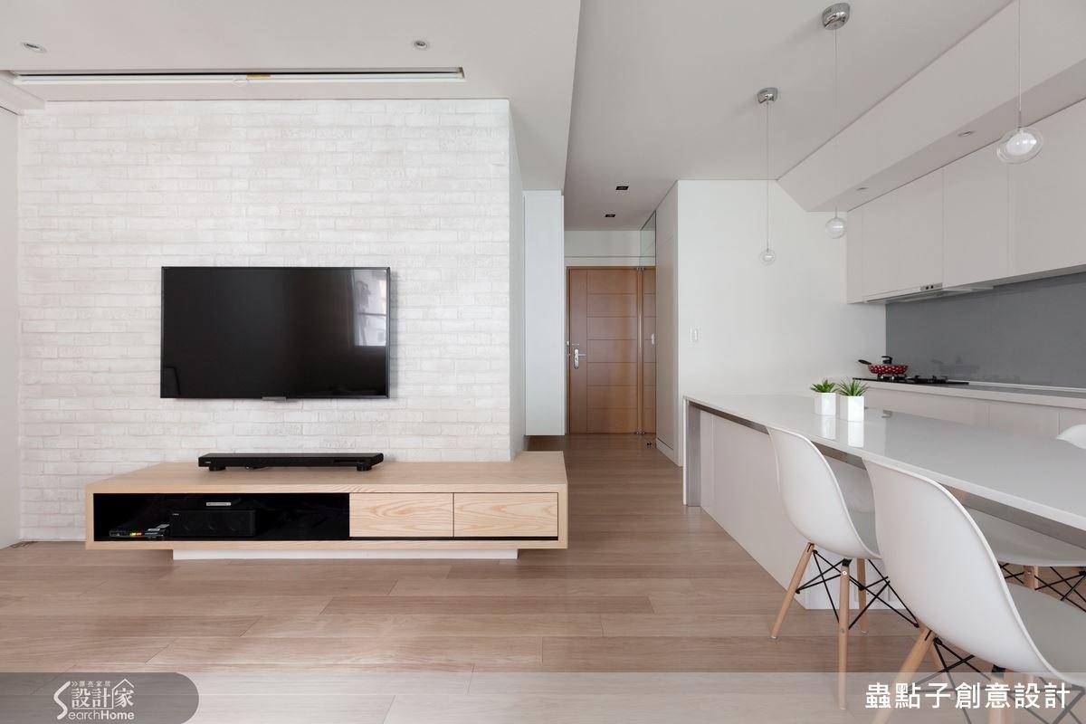 用天花板的高低落差來界定各個空間,將空間打開的設計讓視野變得更加寬敞。