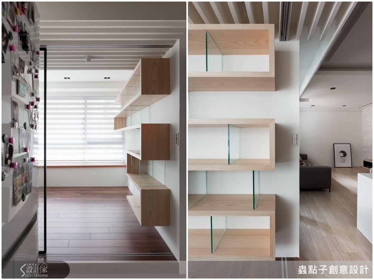 書房的書櫃運用折板造型,充滿幾何的線條美,以強化清玻璃作為支撐,讓書房展示空間有不一樣的變化。