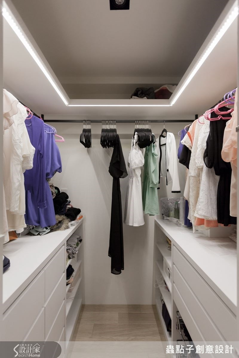 主臥房的更衣空間,有別於一般常見的衣櫃設計,整間房間的三面都能掛吊衣服,充分利用空間。