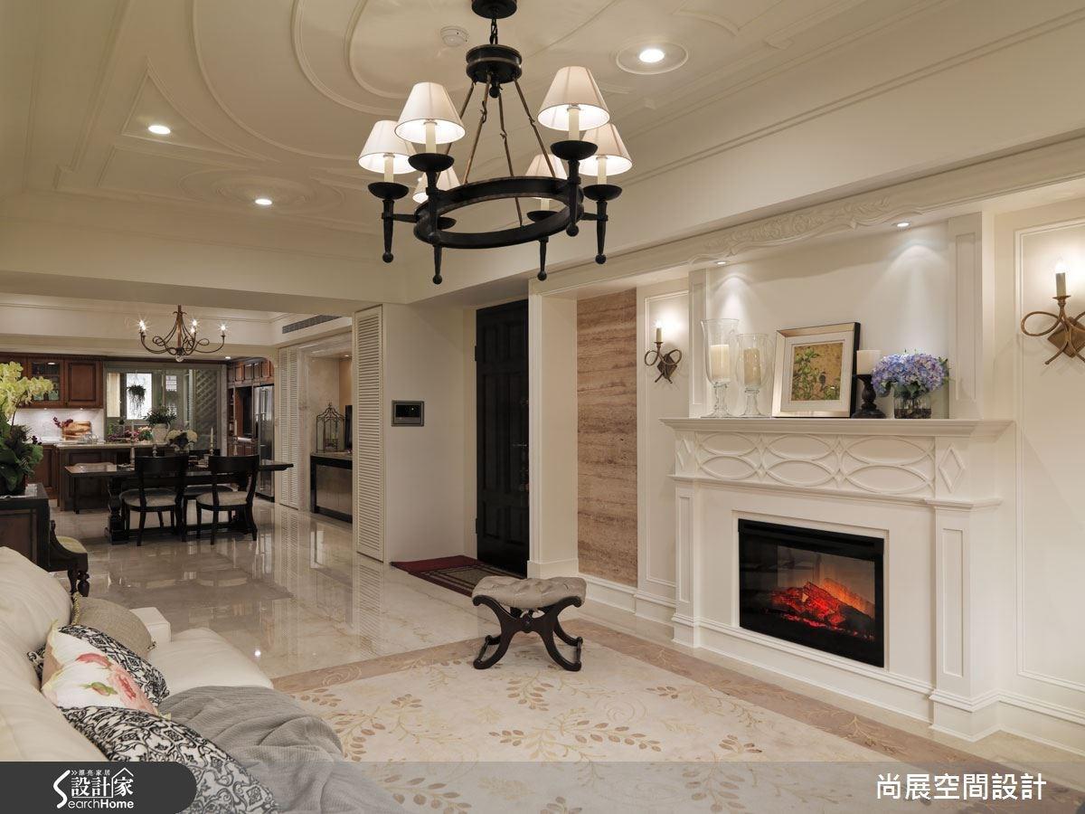 會客室連通餐廳、廚房,以華麗溫暖作為基調,在空間上做出區隔的彈性。