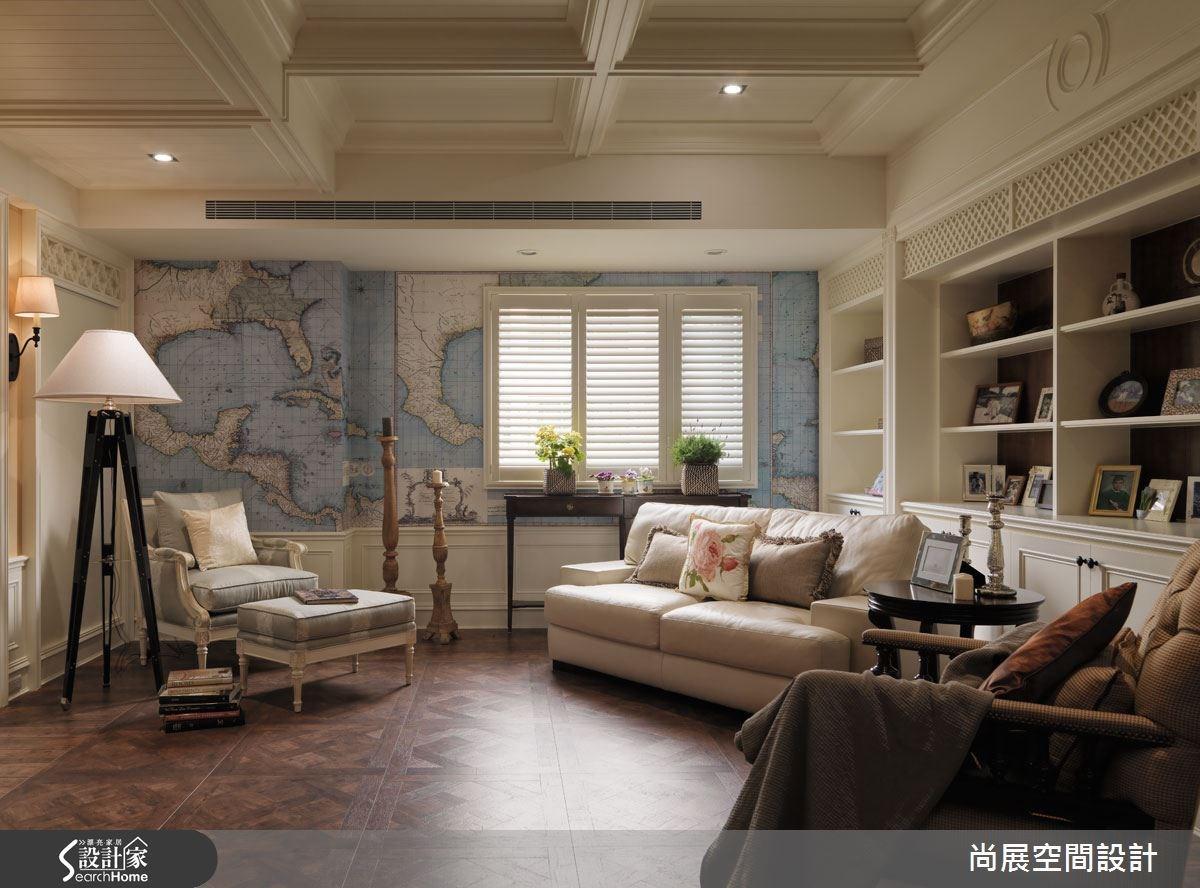 起居室以地圖為主題,配合地板木質顏色呈現溫暖感受,溫馨且富有質感,搭配療癒的植栽與其他旅行小物,結合興趣與休憩,讓空間更有私角落氛圍。