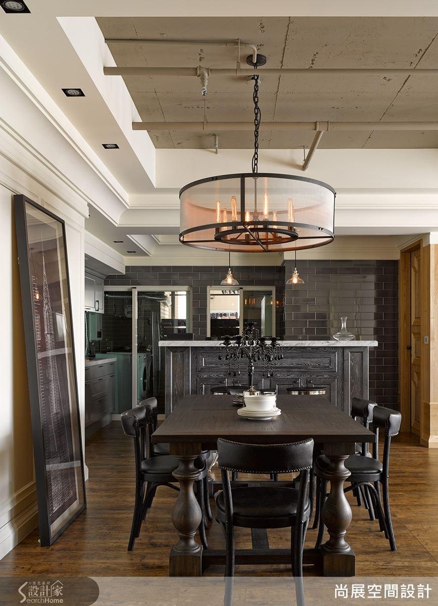 餐桌的吊燈與桌子皆為仿中古世紀設計改良,搭配現代畫作擺放,在歷史感中有雅痞的知性現代風采。