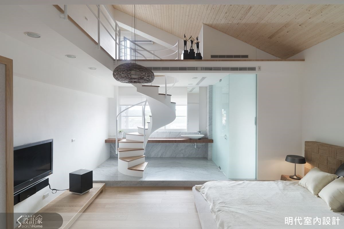 主臥房與閣樓間的螺旋造型樓梯全以鐵件打造,中間採用無支架的設計,展現螺旋造型的純粹美感。