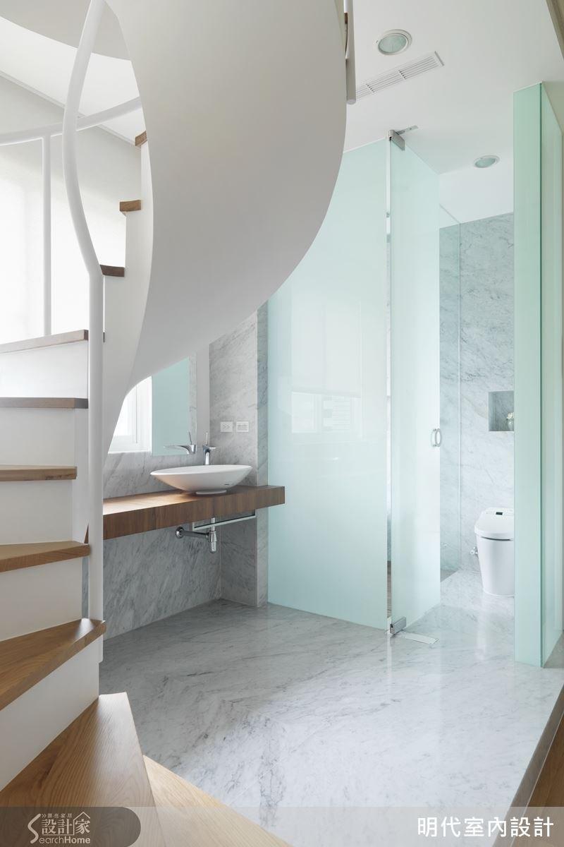 主臥衛浴以玻璃、大理石展現休閒清爽,與鐵件打造的螺旋梯相互搭配。