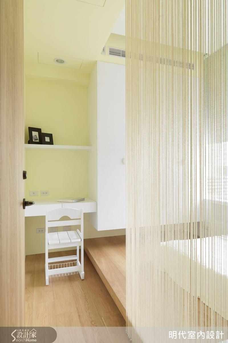 女兒房利用線簾替代屏風來檔門煞,光線隱約透漏下的溫柔與清新感。