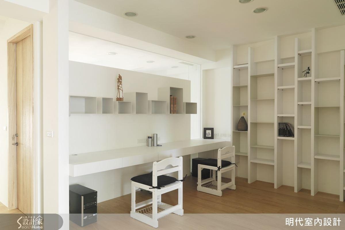 不做滿的牆面將光線導引入室內,令書房有良好的穿透感。