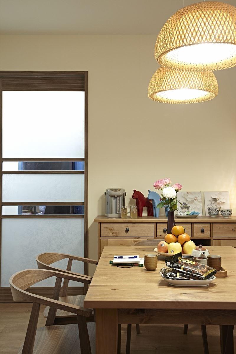 搭配家具家飾:STORNAS 延伸桌、BOJA 桌燈、BOJA 吊燈