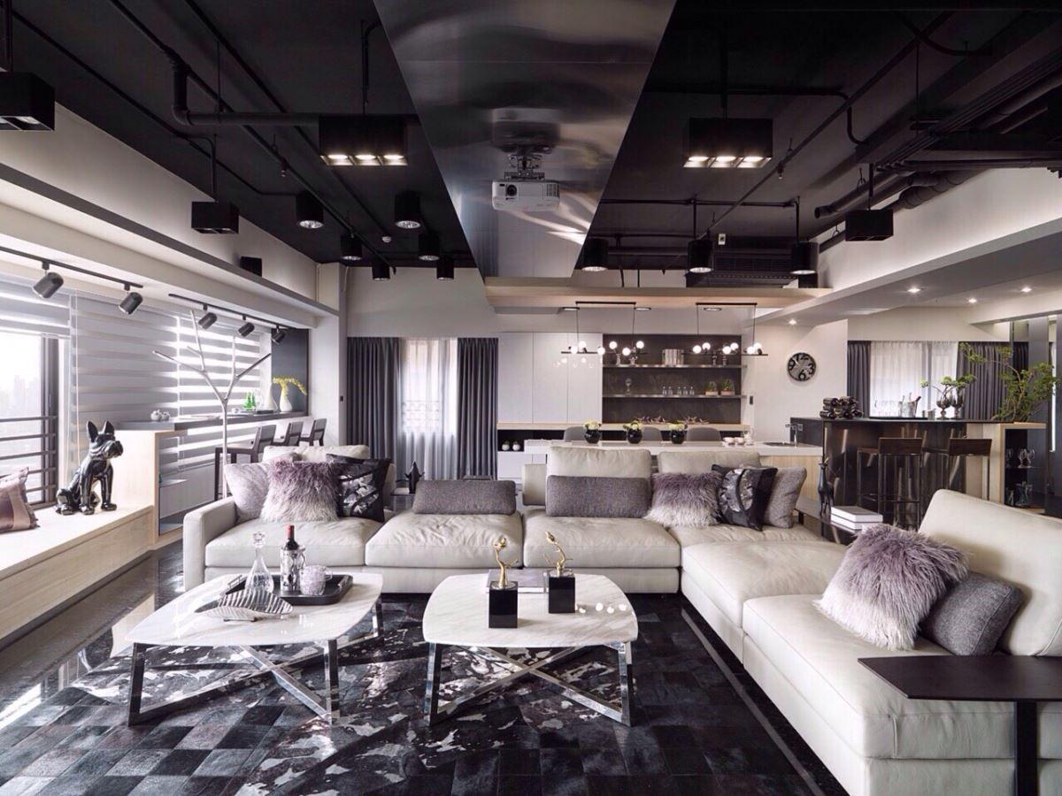 低彩度的客廳,以非制式組合的淺灰色皮沙發和跳色抱枕點綴,柔和的質感增添了空間的層次感。