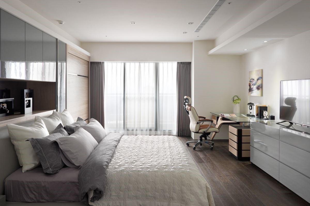 臥室簡約不多做贅飾,辦公桌椅反倒成了吸睛角落。