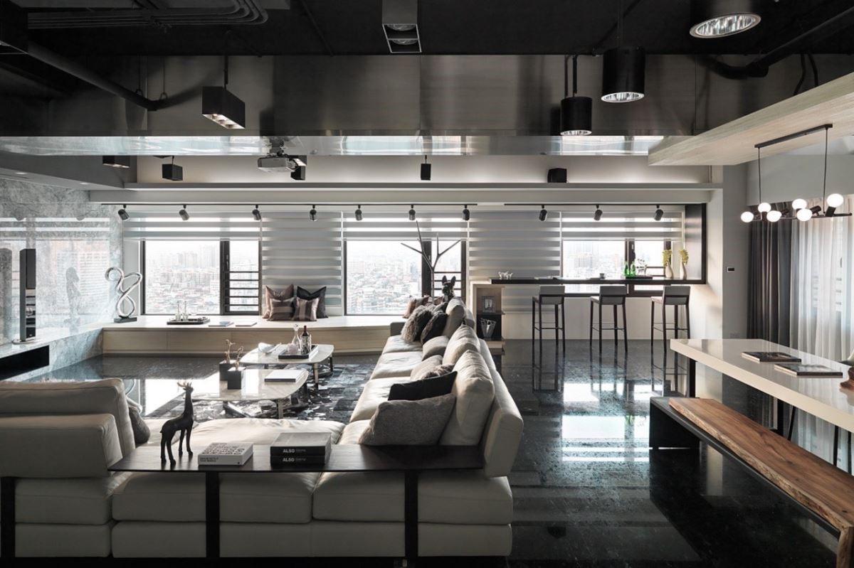 高樓有著難得的窗景,設計師以低矮收納櫃兼做坐榻平台,搭配高度適中的沙發,欣賞視線無死角。