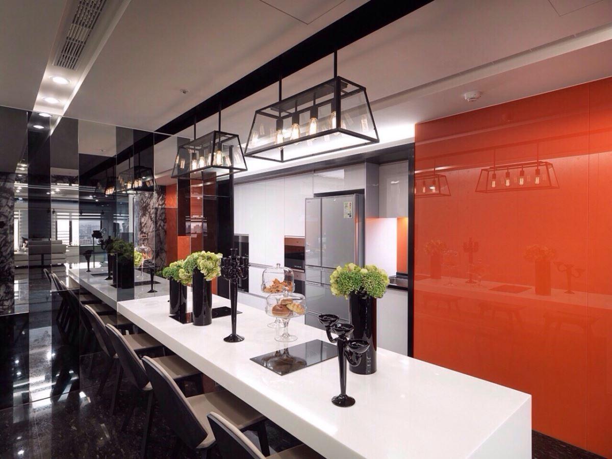 這道搶眼的橘牆選用了女屋主喜愛的品牌色彩,讓宴客區真正成為女屋主的專屬空間。