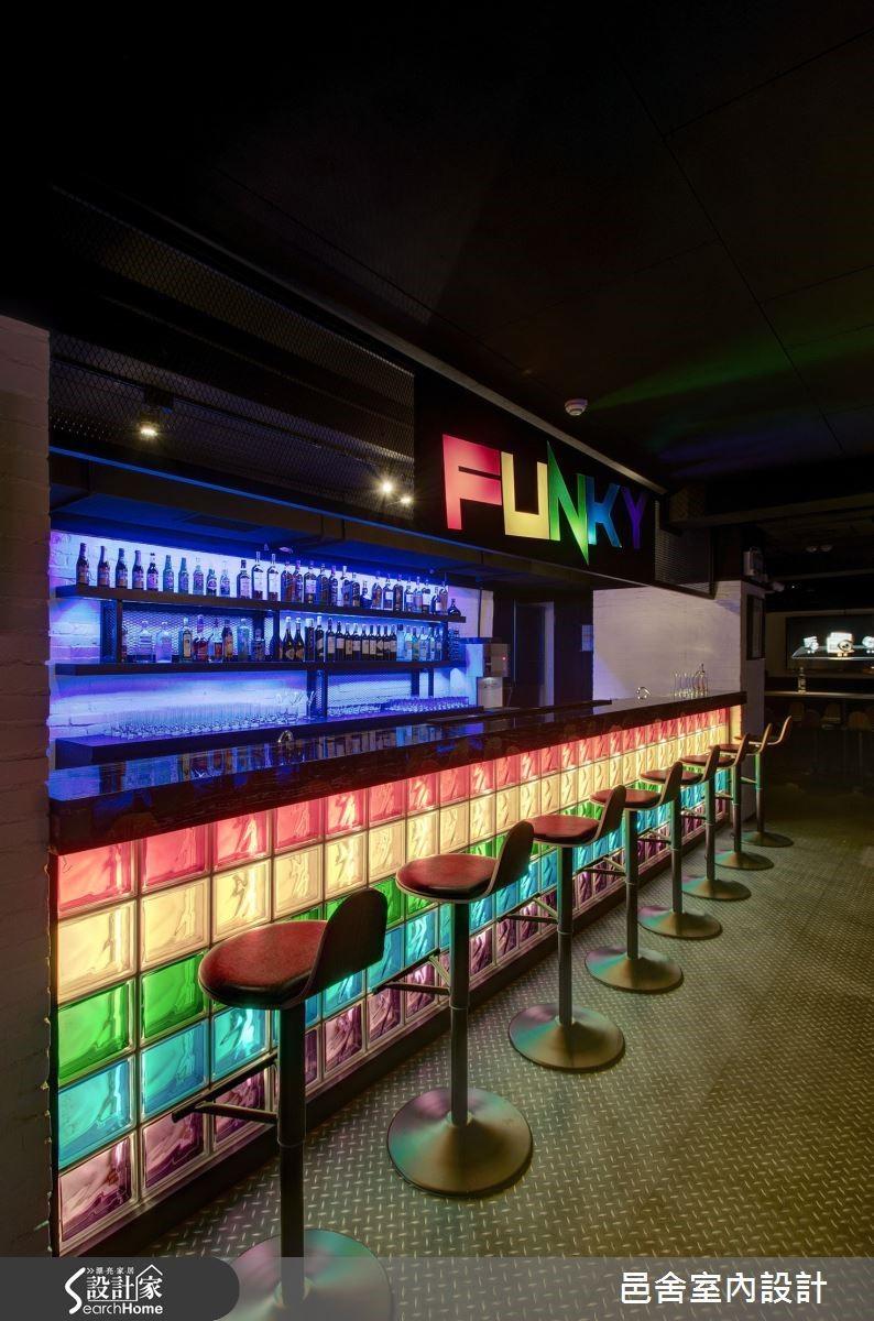 也有重視氛圍強調燈光的商空夜店。