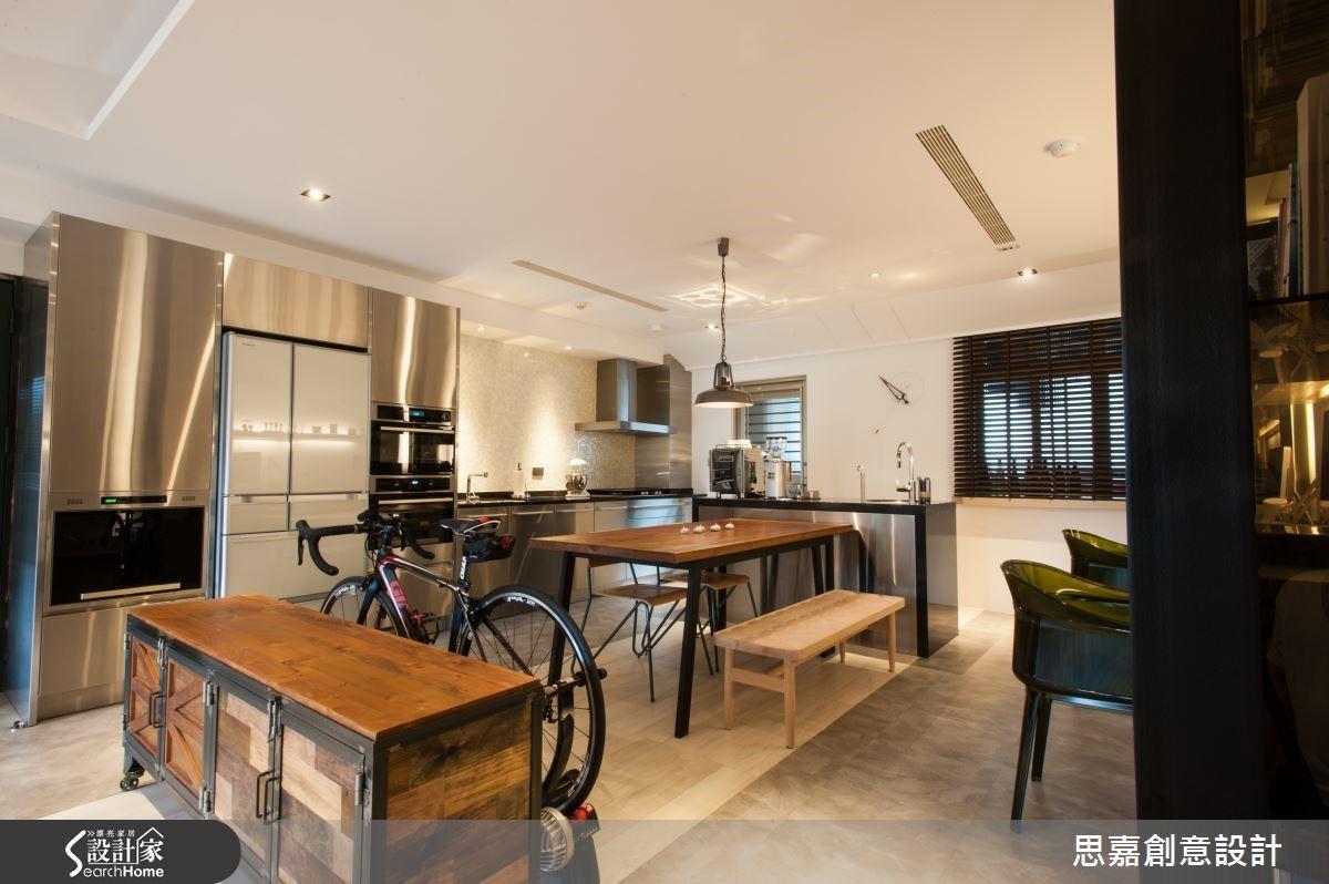 改造前的廚房原本相當狹窄,詹設計師將一間房間的空間讓出,使此區域變成開放式的餐廚區域兼工作區,就像是在家中築起一座精緻小巧的工業風咖啡館,打破了傳統居家格局的邏輯,也更符合現代人的生活品味。