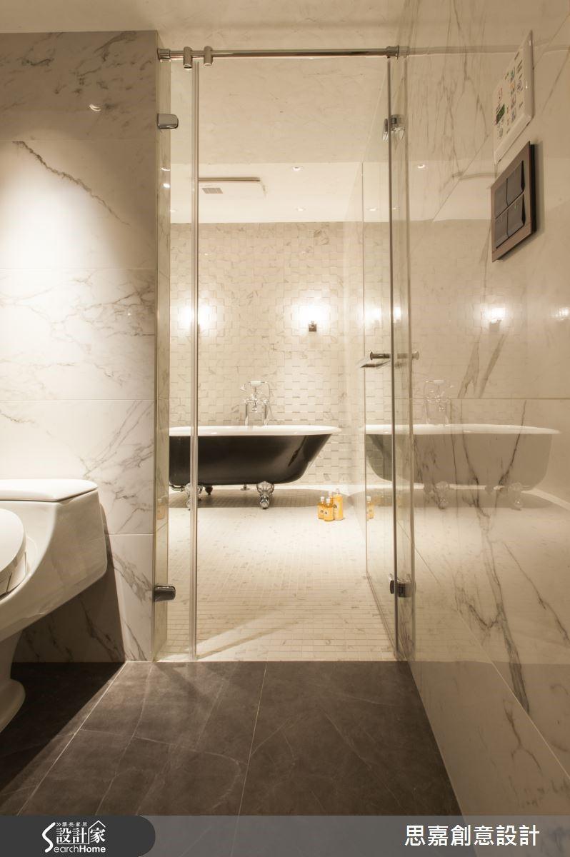 在此案中,詹設計師並未更動衛浴的管道間,而是將客用衛浴與主臥衛浴打通成為一間大衛浴,展現有如飯店般的寬敞質感。