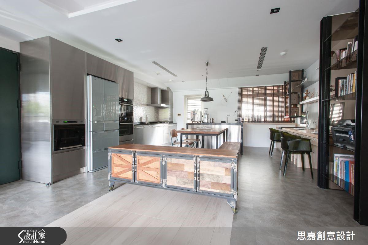 因應風格搭配,在 PVC 地磚的選擇上也以帶有水泥粉光質感的樣式,來回應空間整體的工業風質感。