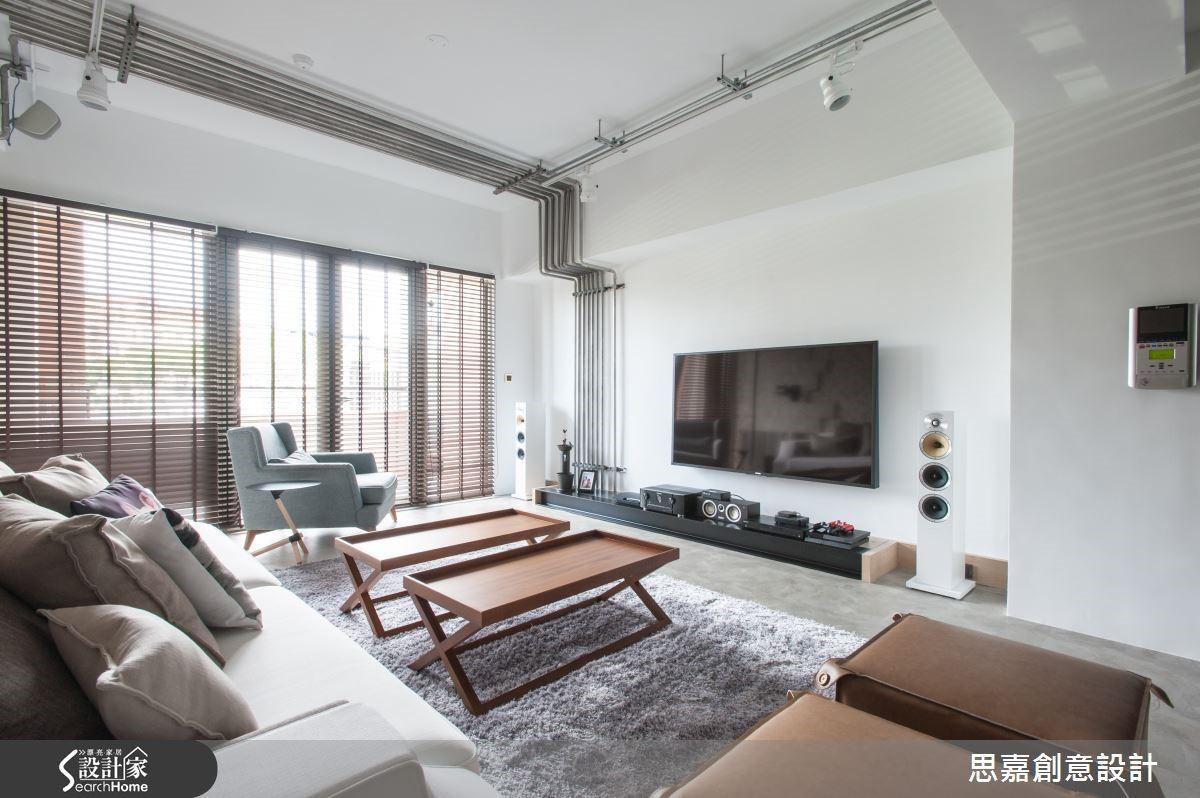 以燈光為例,搭配著客廳的鋼管裝置設計,詹設計師選擇以軌道燈作為客廳的燈光安排,讓整體質感更加分。