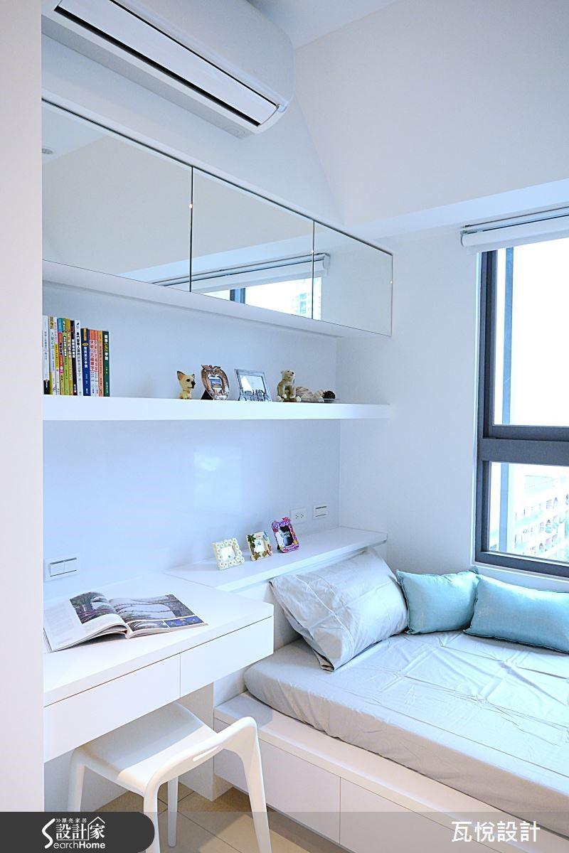 書房為日後的小孩房做準備,幾何切割下富含大量收納空間。