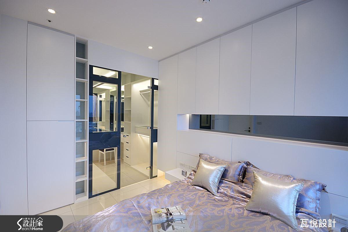 主臥光廊最後的延伸,灰鏡綴點純白空間,床頭懸空收納櫃搭配光源,營造紓壓氛圍。灰玻後空間是女主人的殿堂,精品展示間般的更衣室。