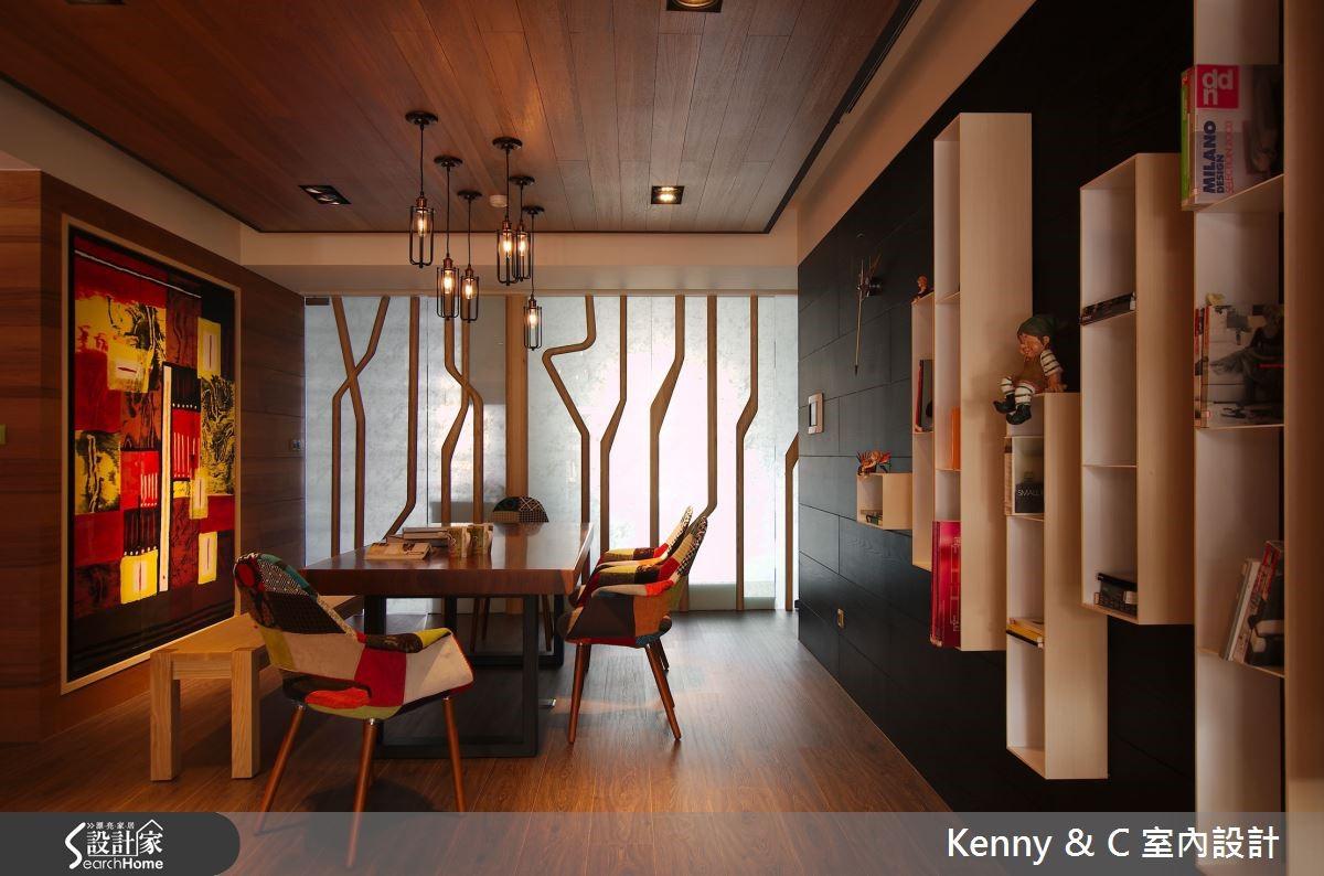 木樹與雲霧玻璃打造的藝術森林牆,裏頭分別隱藏廚房、和室。
