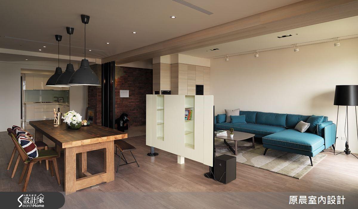 電視牆體背面結合置物格櫃的功能,讓客廳與餐廳都能使用到置物的功能。