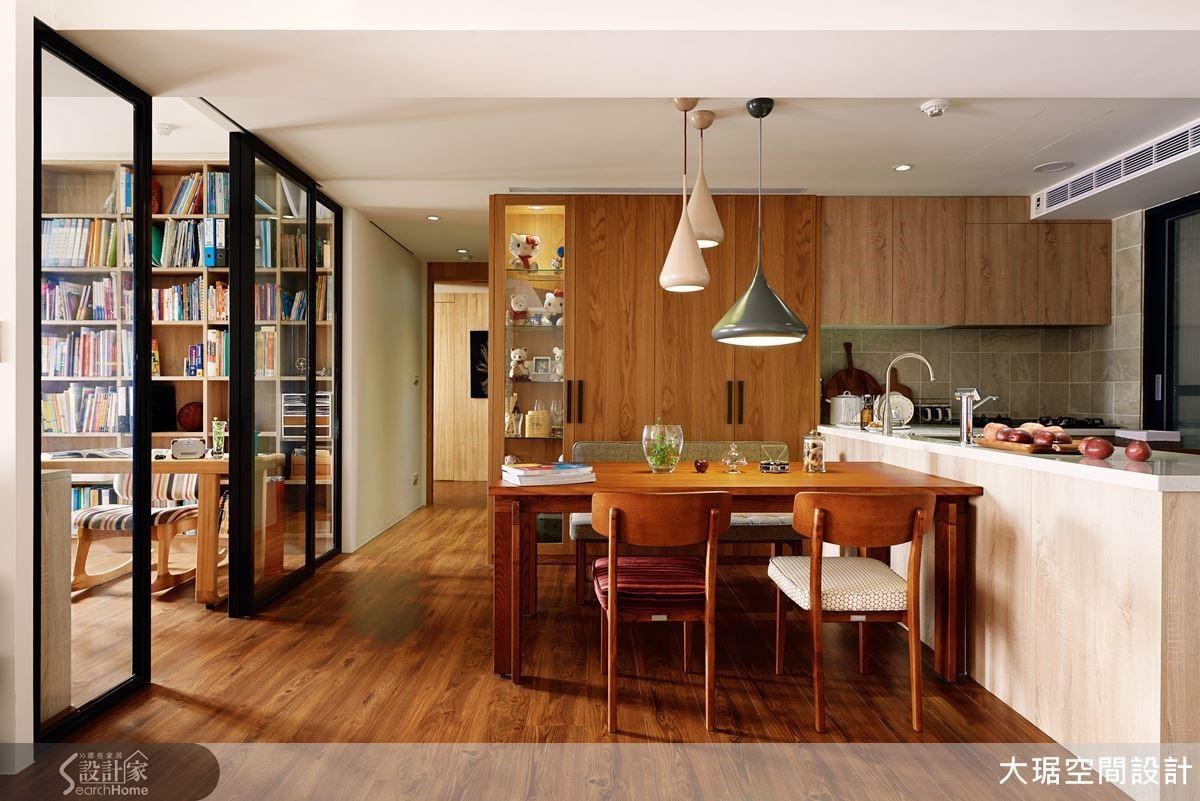 空間以鄉村風為主軸,餐廳與廚房間採開放式的設計,打造女主人喜歡開闊的空間感。在材質、家具及燈飾的挑選上,均營造出復古人文的鄉村風格,再搭配北歐燈、原木餐桌,充滿質樸自然的生活韻味。