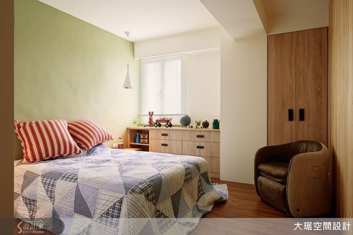 臥房空間以溫潤的木頭元素點綴,讓人備感溫馨與舒適。