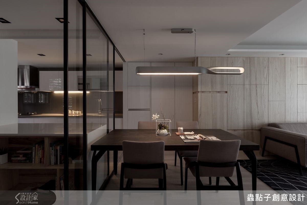 因為大量使用灰色調的建材,設計師藉由原木木皮來中和空間的溫度,空間充滿北歐風格的調性。
