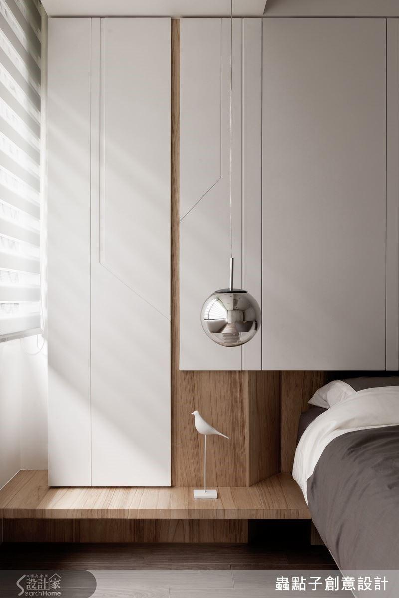 原先主臥房的櫃子是為了避開樑柱的尖角而作的規劃,櫃子門片上溝縫構成的幾何線條恰似一棵樹的輪廓,反而成為臥房空間裡的一個特色角落。