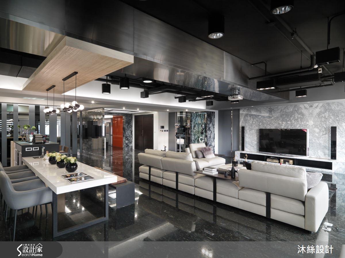 重視比例與異材質搭接創意的黃靖玹設計師,將整體空間以黑色彩度做為主軸,結合不鏽鋼、黑鏡、墨鏡等異材質做出比例搭接設計。