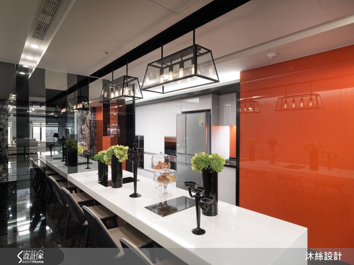 餐廳空間利用明鏡佐黑鏡,並加上刺激食慾的橘色烤漆及仿清水模牆面,讓這個獨立的用餐區域成為凝聚親友情感的絕佳地點。